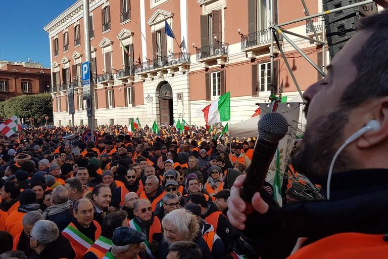 Manifestazione a Bari dei gilet arancione