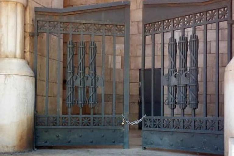 Il catenaccio scardinato del cancello di Villa Faro