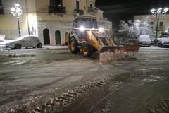 Neve e ghiaccio sulle vie cittadine, scuole chiuse anche domani. Le foto