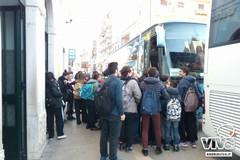Assembramenti alle fermate degli autobus scolastici, interviene Lodispoto
