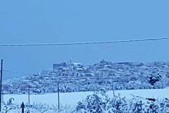 Nevica nella notte su Minervino Murge, il Balcone di Puglia