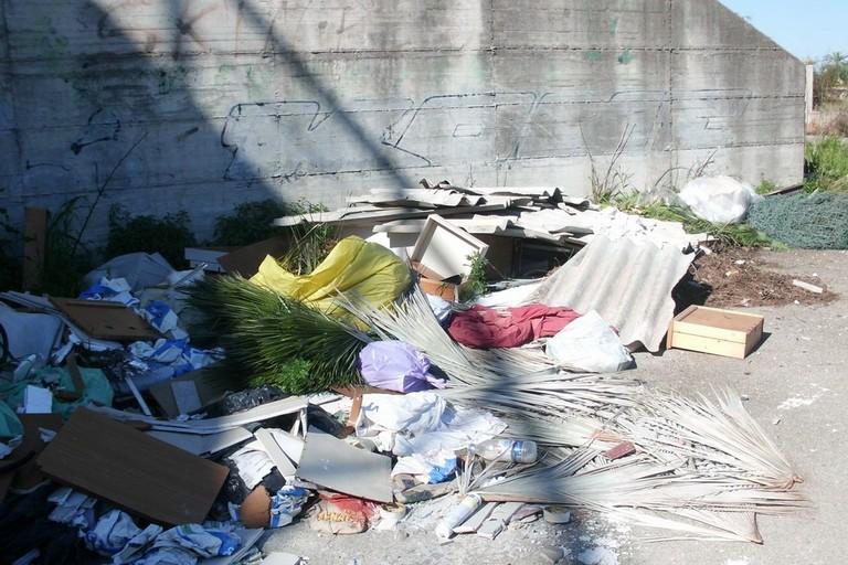 rifiuti abbandonati per strada